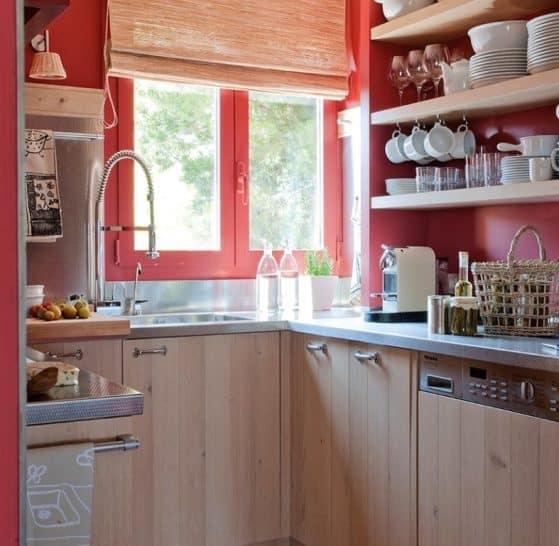 La ristrutturazione di una cucina piccola, a Roma, in cui si è usato il rosso.