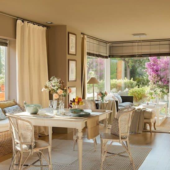 Soggiorno color sabbia di una casa ristrutturata a Roma.