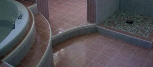 Bagno in muratura rustico con gradini interni