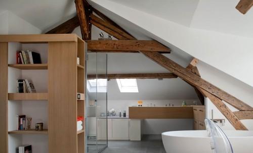 Bagno moderno con travi in legno su mansarda