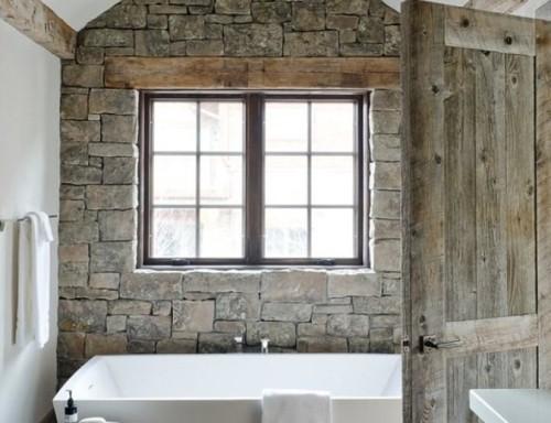 Bagno rustico in muratura con finestra sopra la vasca