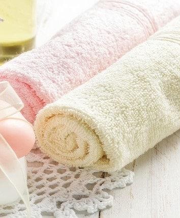 Asciugamani colorati su bagno shabby chic