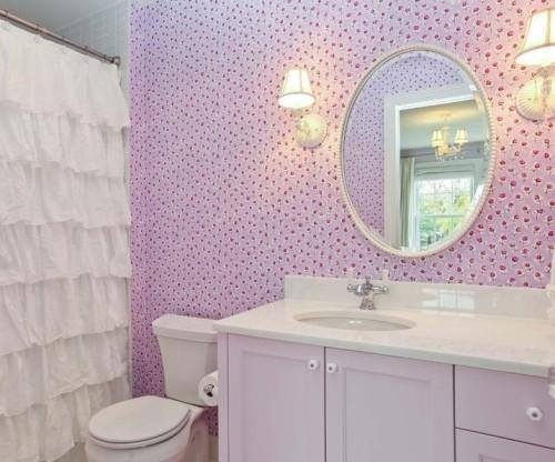 Bagno shabby chic con parete color rosa