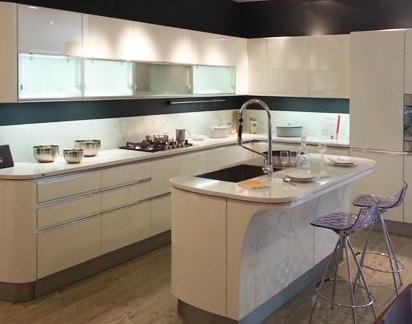 Cucina moderna con isola idee e consigli blog edilnet - Cucina con penisola centrale ...