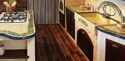 Cucina in muratura con fornelli murati su isola