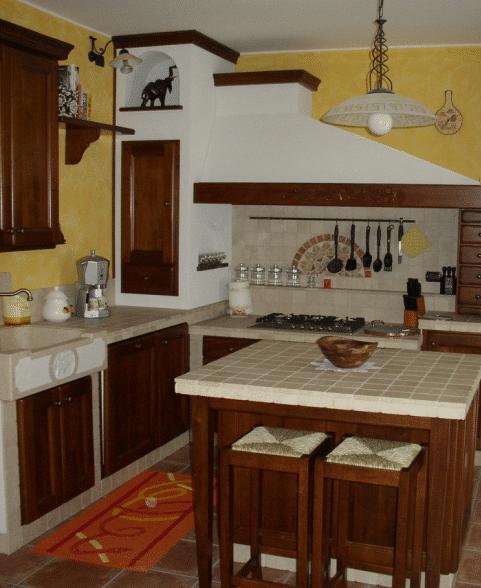 Cucine completamente realizzata in muratura con isola distaccata
