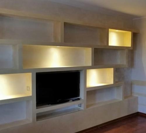 Mensole in cartongesso su parete della tv