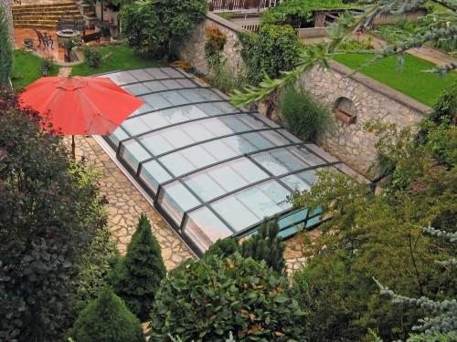 Immagine di una copertura telescopica su piscina su esterno villa