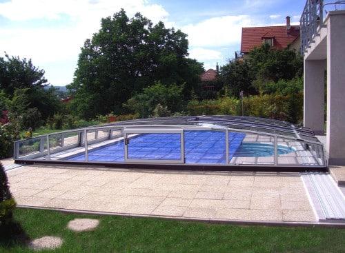 Copertura telescopica su piscina condominiale