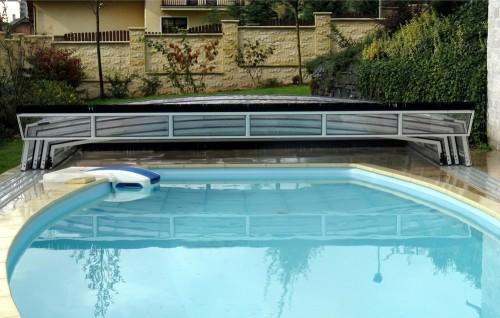 Piscina scoperta con copertura a bordo piscina ritirata