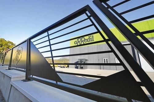 Ringhiera con logo aziendale realizzata in carpenteria metallica