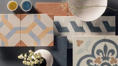 pavimenti in ceramica color salmone e blu e con forme floreali