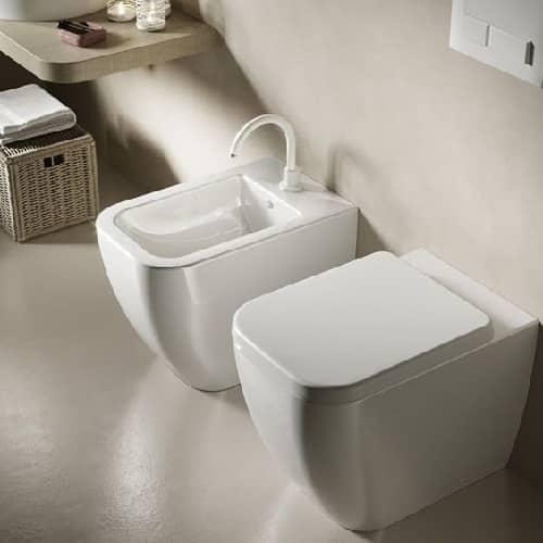 2 moderni sanitari installati su bagno ristrutturato