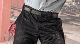 operaio con pantaloni da lavoro