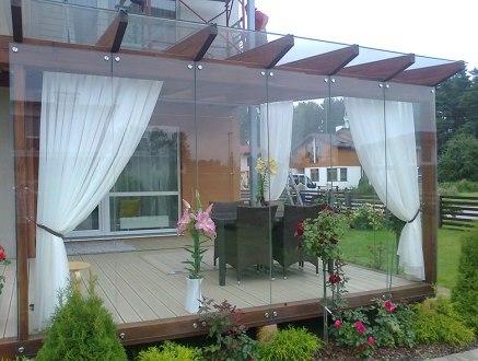 Veranda chiusa in legno e vetro