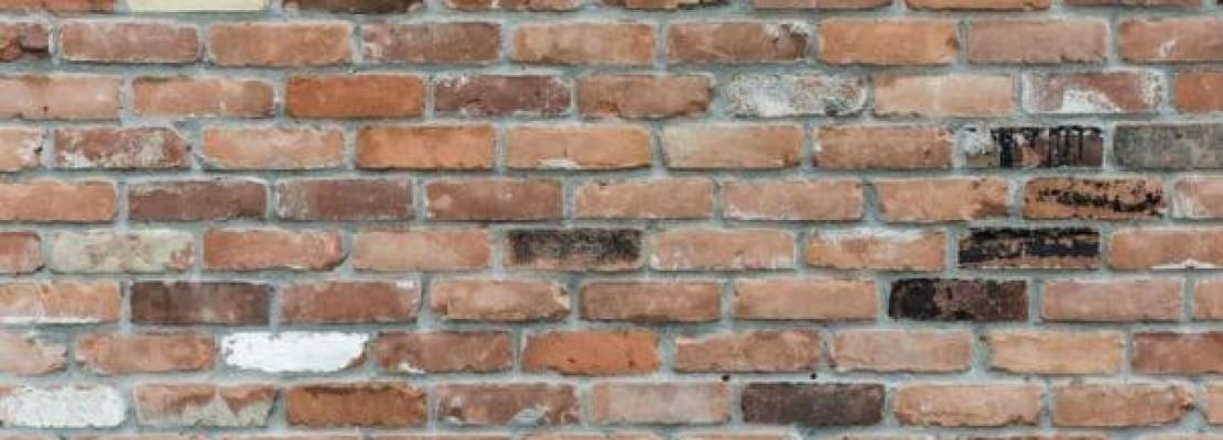 Immagine di guida alla scelta di parete inmattoni o cartongesso