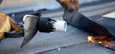 impermeabilizzazione di un tetto con guaina bituminosa