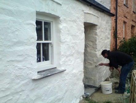 intonacare facciata di una casa