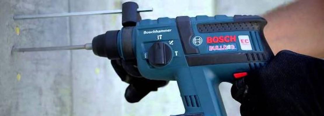 Un martello perforatore Bosch in funzione.