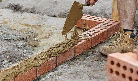 realizzazione di un muro in mattoni