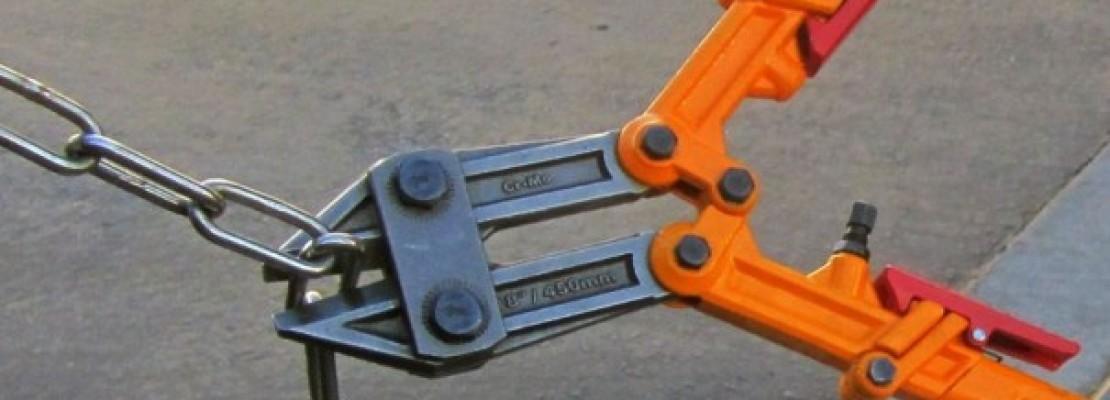 Tronchesi che tagliano una catena.
