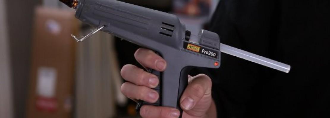 Una pistola a caldi per colla.