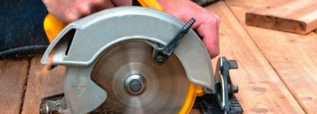 Una sega circolare che taglia un pannello di legno.