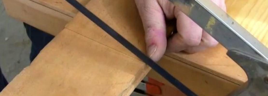 l'uso di un seghetto per legno.