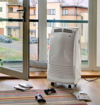 Un condizionatore portatile per uso domestico.