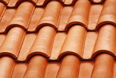 Dei coppi per il tetto in terracotta.