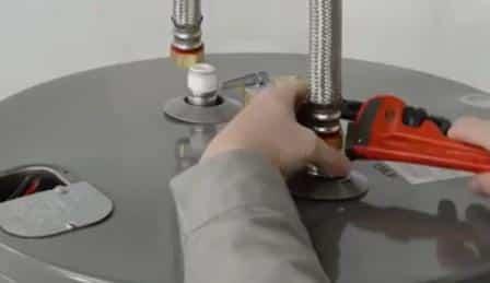 Una delle fasi di installazione di un boiler elettrico.