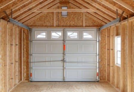 Un garage in legno coibentato.