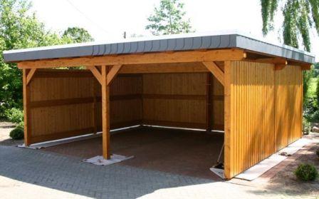 Un garage in legno prefabbricato.