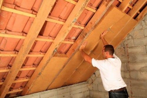 Artigiano che lavora per isolare il tetto
