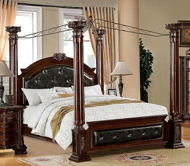 Un letto a baldacchino classico.