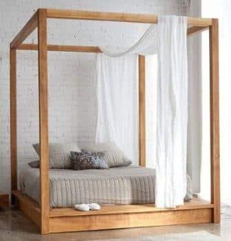 Un letto a baldacchino in legno.