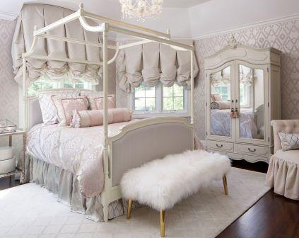 Un letto a baldacchino shabby chic.