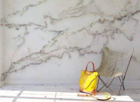 Una parete rivestita in marmo.