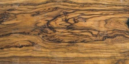 Le venature caratteristiche di un parquet in olivo.