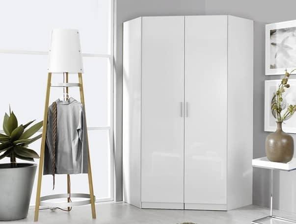 Un armadio angolare bianco.