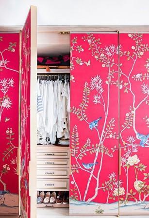 Una cabina armadio rivestita con carta da parati.