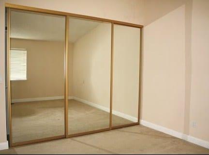 Una cabina armadio rivestita di specchi.