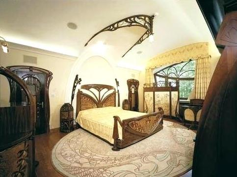 Una camera da letto in stile liberty.