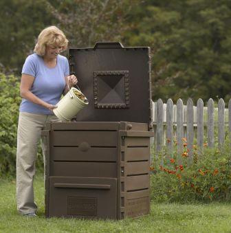 Una compostiera fissa da giardino.