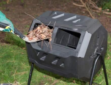 Una compostiera mobile da giardino.