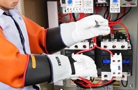 un elettricista con dei guanti di protezione.