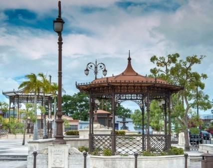 Un gazebo in ferro in stile orientale.