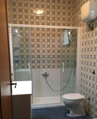 la vecchia vasca con maioliche trasformata in doccia.