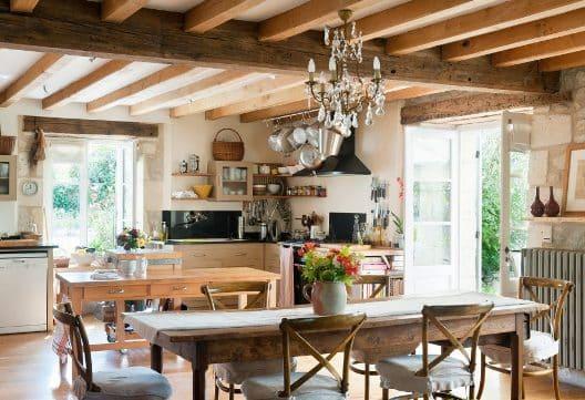 Una sala da pranzo in perfetto stile provenzale.
