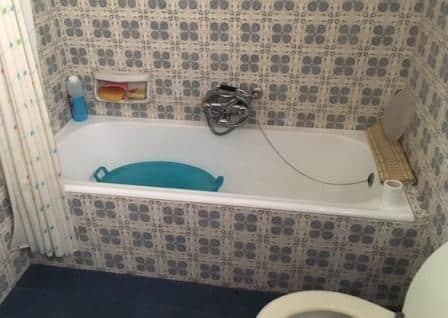 Una vecchia vasca con maioliche